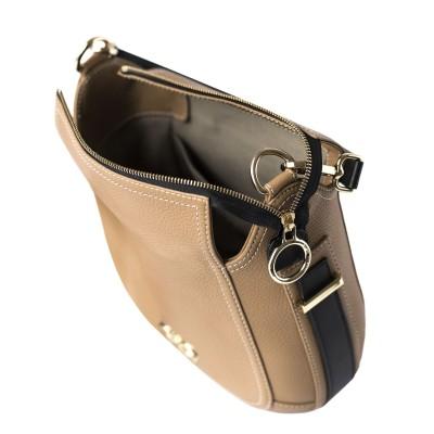 FRENCHY, sac double porté en cuir foulonné coloris beige sur le mannequin, ouvert