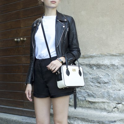 JULIETTE, leather handbag in grained leather, white color - on a parisian girl