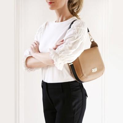 FRENCHY, sac double porté en cuir foulonné coloris beige, porté court sur le mannequin