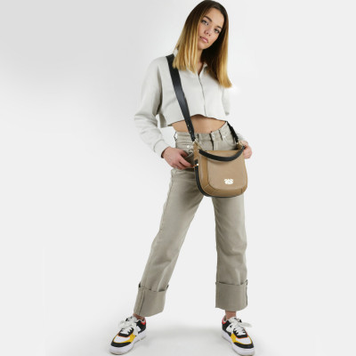 """Crossbody bag """"NEW FRENCHY"""" in grained leather, beige color, on a young model"""