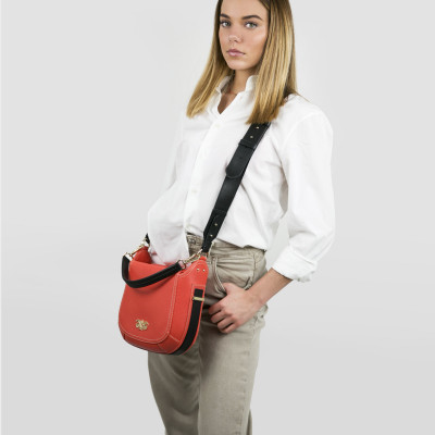 """Crossbody bag """"NEW FRENCHY"""" in grained leather, red hibiscus color, on a model"""