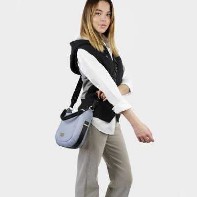 """Crossbody bag """"NEW FRENCHY"""" in grained leather, grey lavender color, worn by a model"""