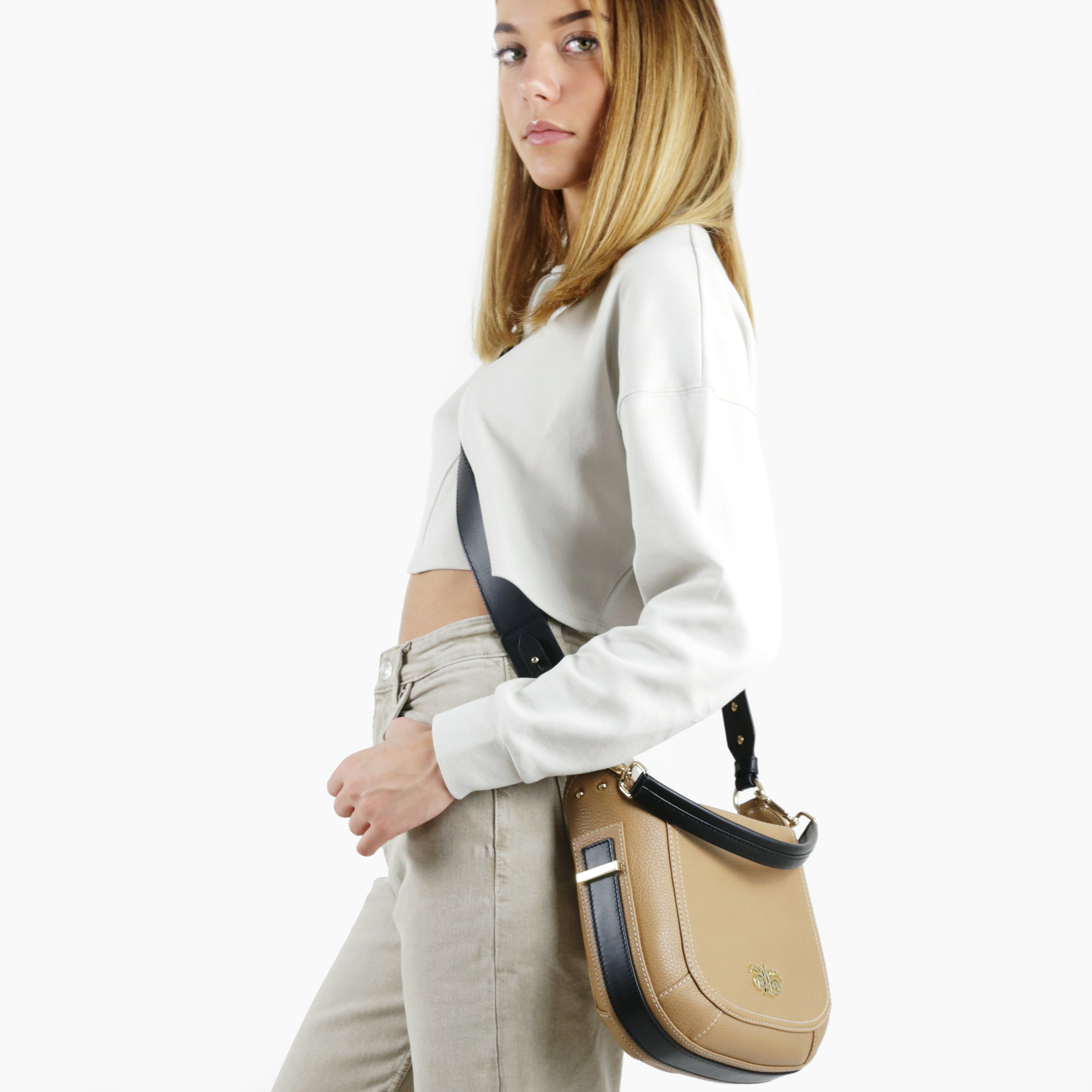 """Crossbody bag """"NEW FRENCHY"""" in grained leather, beige color, on a model"""