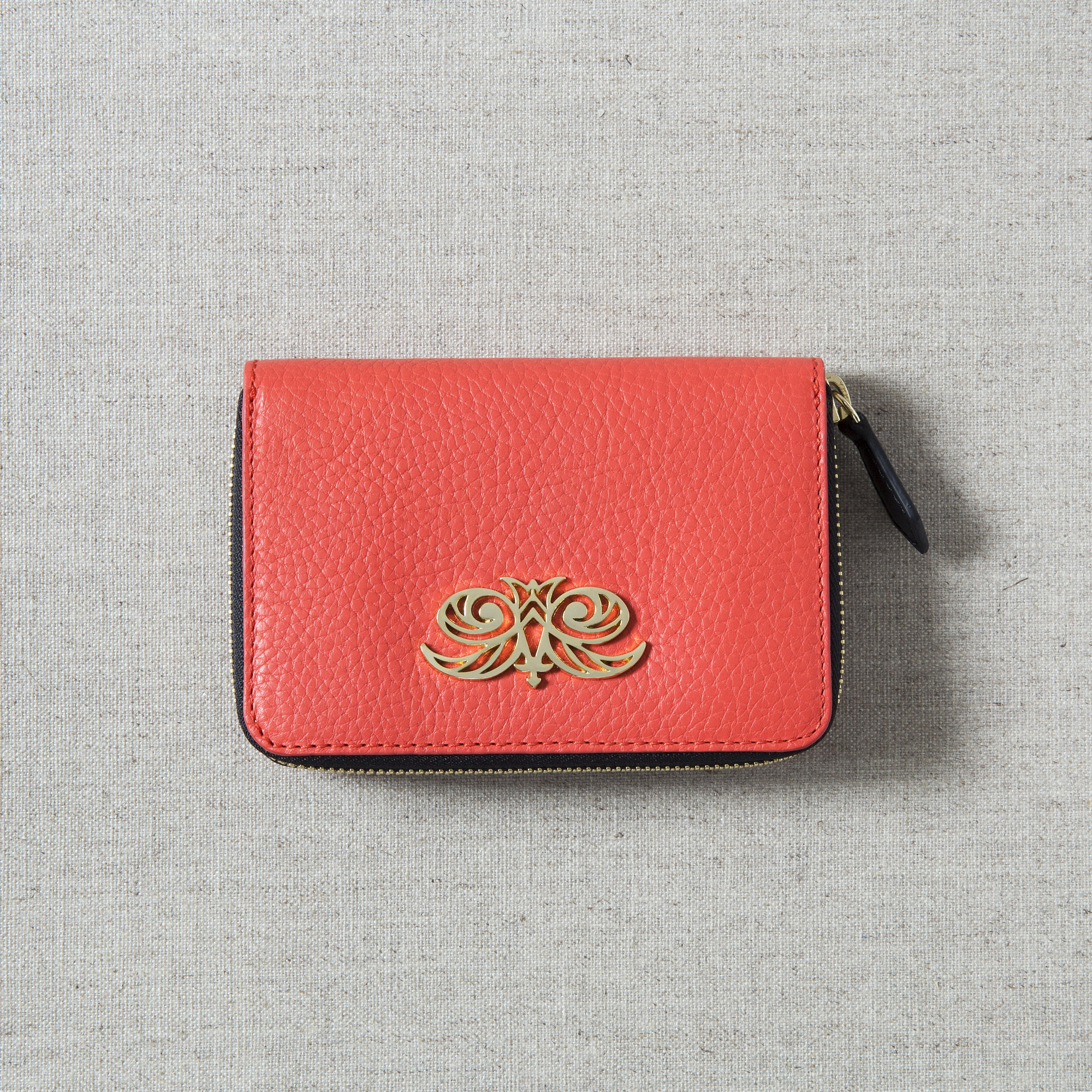 Compact zipped wallet MADRID in grained calfskin, hibiscus color - on linen