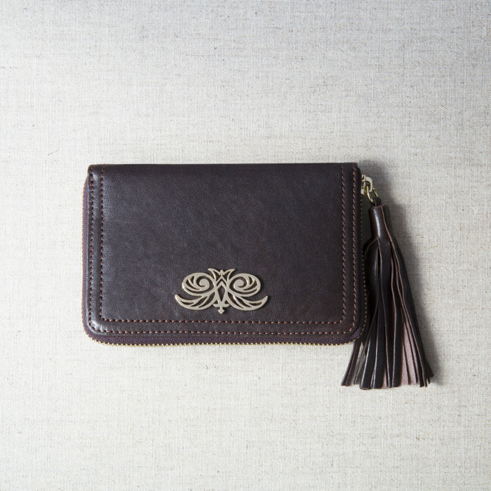 Zip around wallet NEW YORK in grained calfskin vintage brown color and tassel - front view on linen