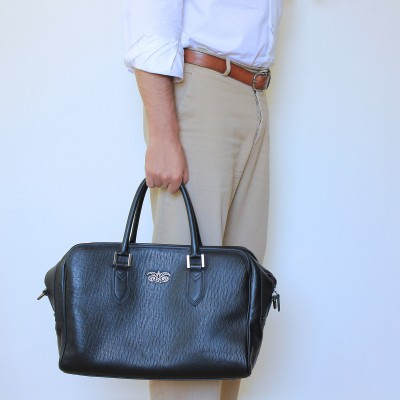 48h handbag for men in grained calf leather black color - on man