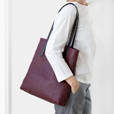 """Soft lamb leather shopper """"SUZANNE"""", big size, burgundy color - worn by a model"""